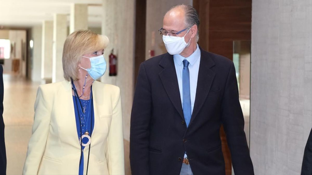 La consejera de Sanidad, Verónica Casado, y el presidente de las Cortes de Castilla y León, Luis Fuentes.