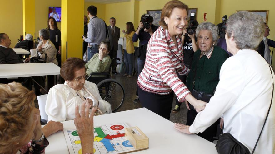 La expresidenta de Aragón, Luisa Fernanda Rudi, visitando una residencia en 2014
