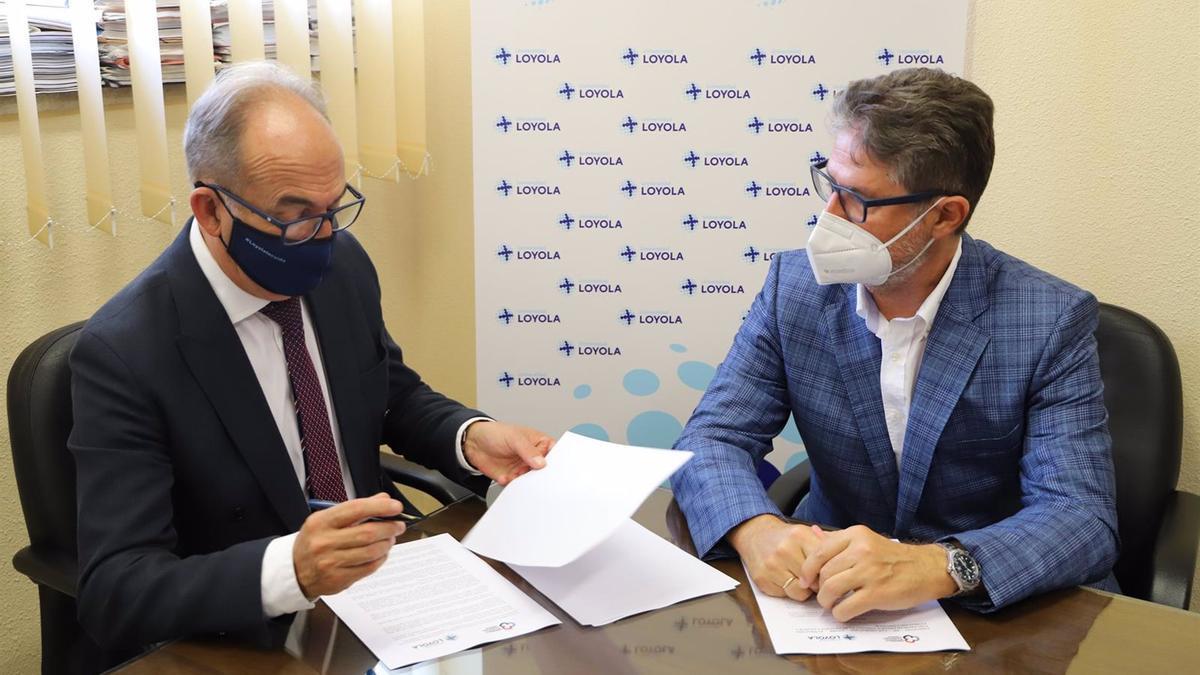 Gabriel Pérez Alcalá y Ángel Cañadilla firman el convenio.