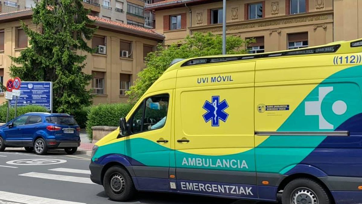 Una ambulancia, al lado del hospital de Santiago de Vitoria
