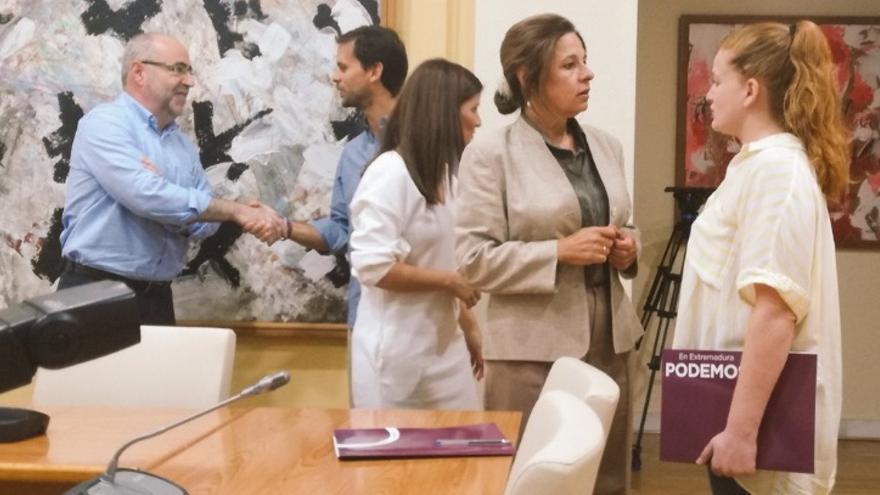 La consejera de Hacienda y Administración Pública, Pilar Blanco-Morales, junto con la diputada de Podemos Jara Romero, en la primera reunión de la negociación de los presupuestos / @Podemos_EXT