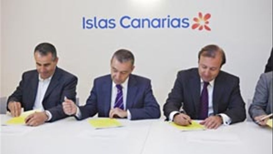 Paulino Rivero firma el Plan de Competitividad Islas Canarias. (ACFI PRESS)