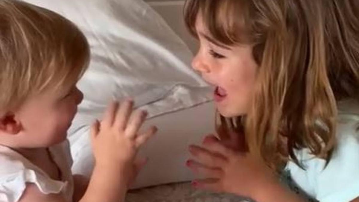 Anna, de un año, y su hermana mayor, Olivia, de seis