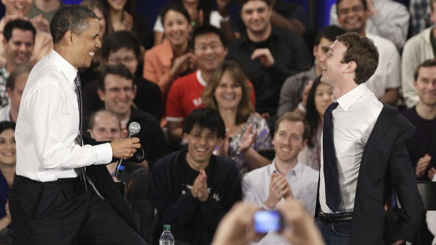 Barack Obama y Mark Zuckerberg durante un encuentro de Facebook en Palo Alto, en el año 2011 / AP: Marcio Jose Sanchez
