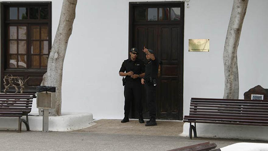 Agentes de la Guardia Civil durante el desarrollo de la operación Unión en Yaiza