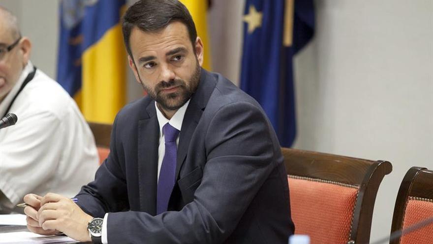 El consejero de Presidencia del Gobierno de Canarias, Aarón Afonso, durante su comparecencia en la comisión parlamentaria de presidencia. (EFE/Ramón de la Rocha).