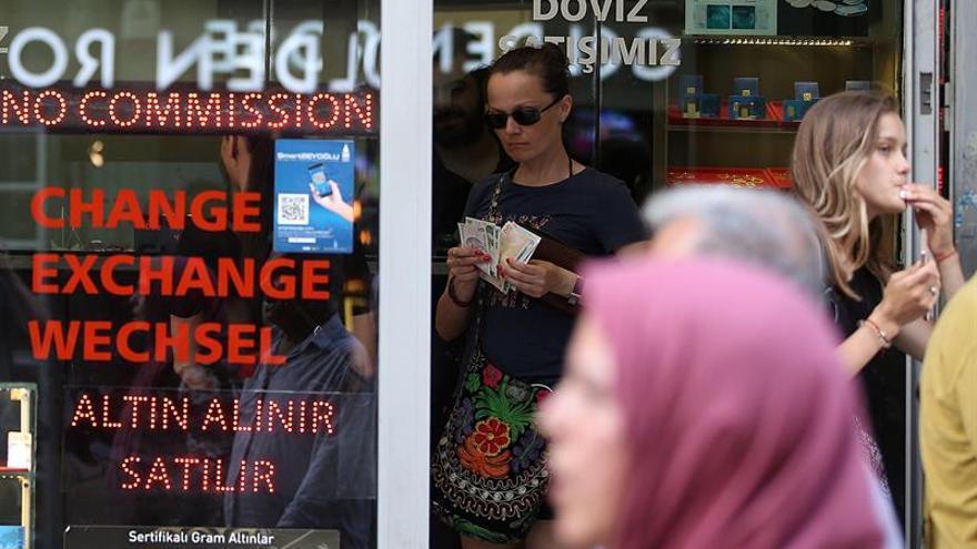 La lira turca cae un 10 % y supera la barrera de las seis unidades por dólar