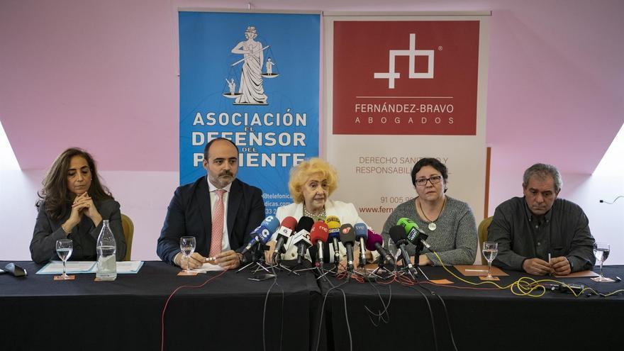 Rueda de prensa de la madre afectada junto con miembros de la Asociación El Defensor del Paciente
