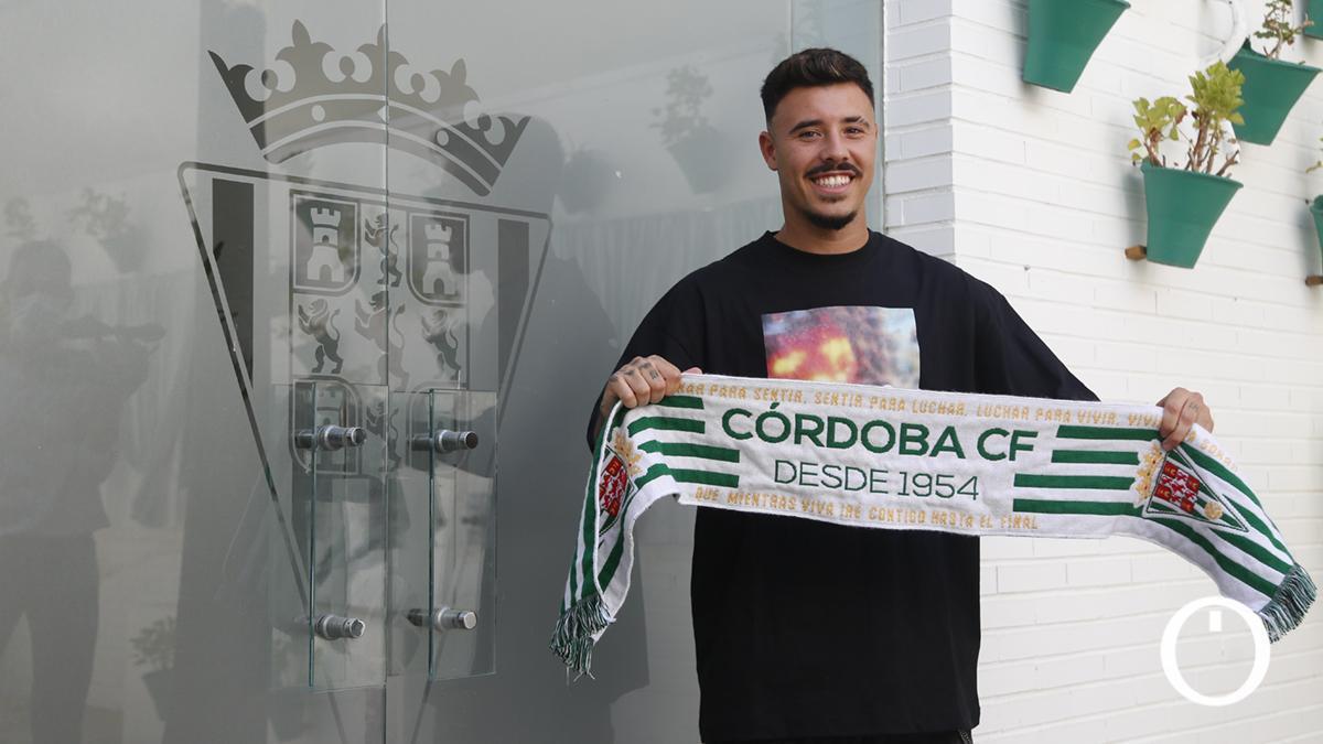 Alejandro Viedma posa con la bufanda del Córdoba