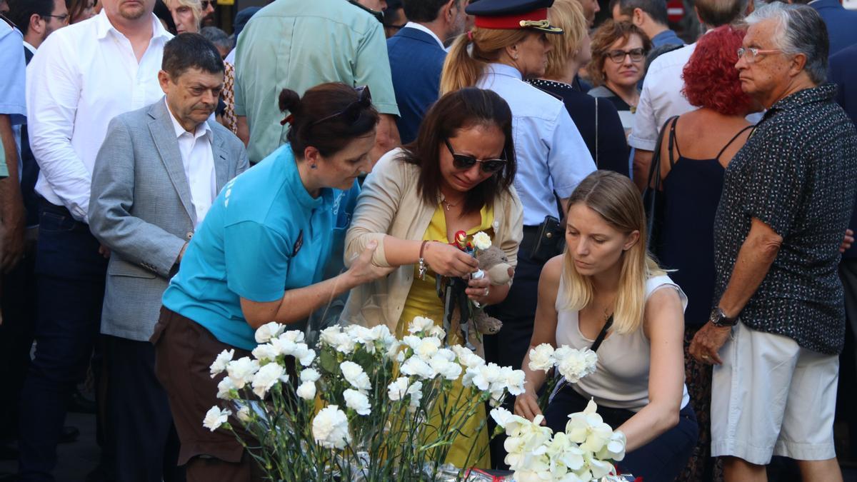 Familiares rinden homenaje a los fallecidos del 17A en el monumento floral de la Rambla en 2019