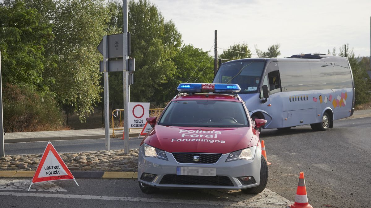 Un coche de policía foral vigila la carretera de entrada a una localidad cerrada perimetralmente en Navarra