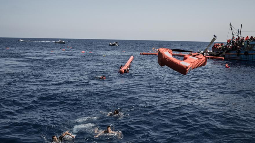 De llegar a producirse un naufragio, muchas personas habrían quedado atrapadas en su interior, tanto en la bodega como en la cabina, sin escapatoria posible. / Foto: Christophe Stramba/MSF.