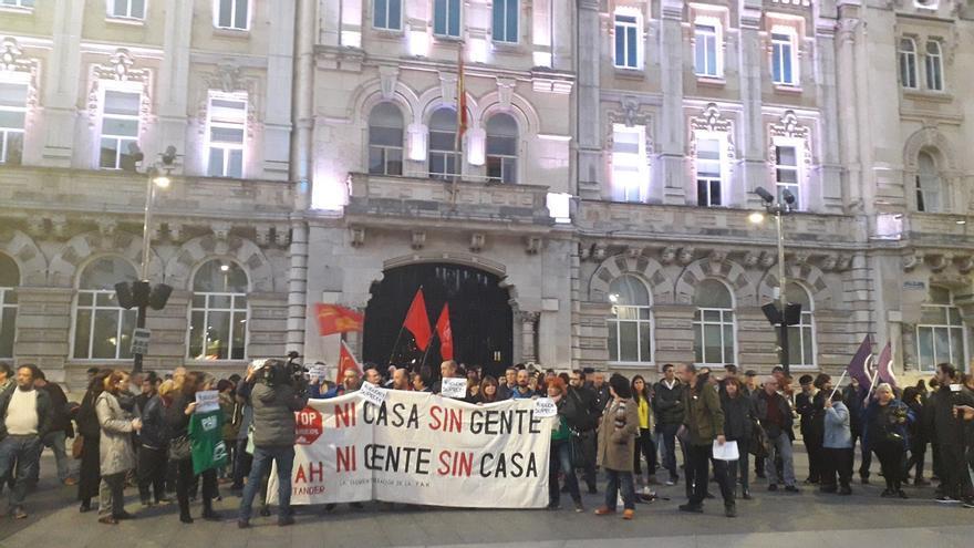 Un centenar de personas protestan en Santander contra la decisión del Supremo sobre las hipotecas