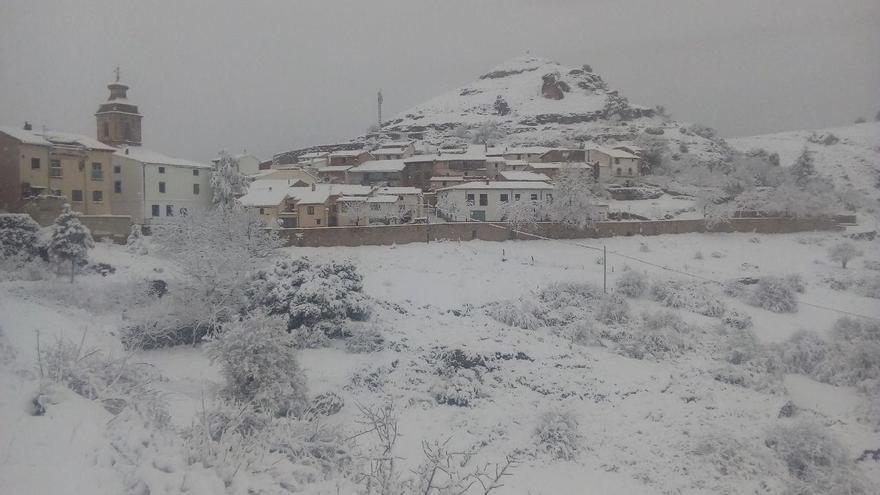 Castell de Cabres, el minúsculo municipio de la comarca del Baix Maestrat en Castelló, completamente nevado.