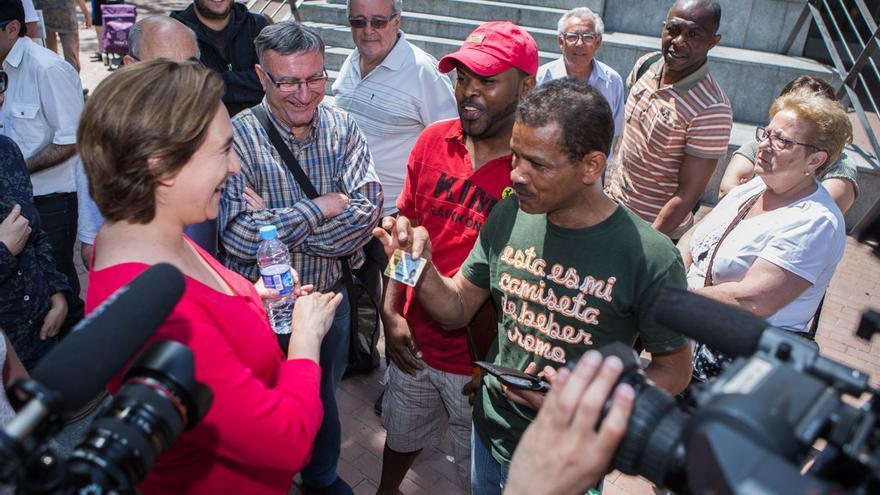 Un veí de Ciutat Meridiana ensenya el DNI a Ada Colau mentres li diu que la votarà / ENRIC CATALÀ