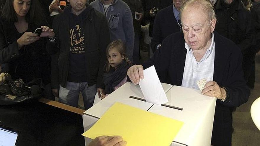 Jordi Pujol votando en un local de participación del barrio de Sant Gervasi. Efe