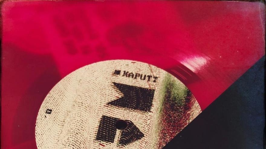 Imágenes que muestran el primer vinilo del sello discográfico Kaputt.wav, propiedad del club bogotano del mismo nombre.