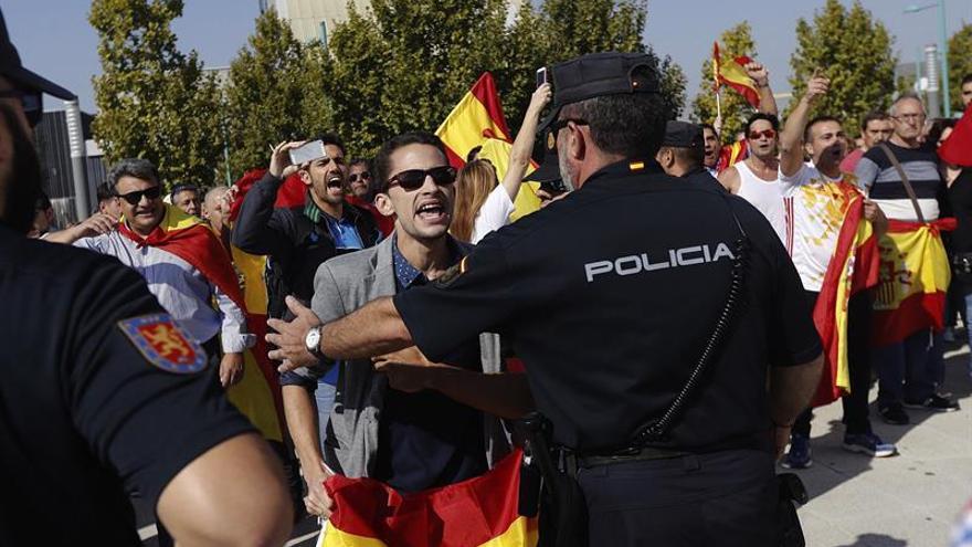 Los radicales agreden a la presidenta de las Cortes Aragón durante el acto de Podemos