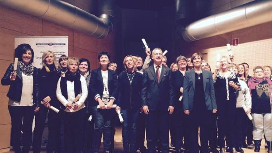 El lehendakari celebró sus dos primeros años de legislatura con las empacadoras de pescado en Euskadi y las 'neskatillas'.