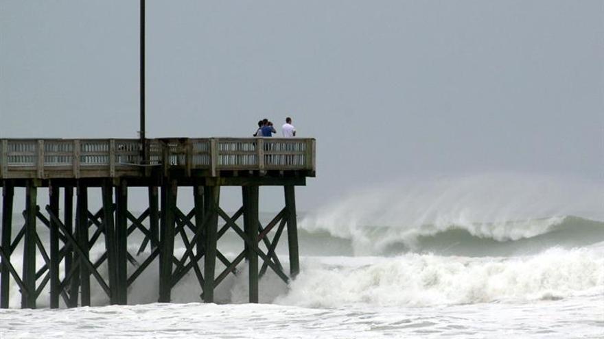Leslie se fortalece en el Atlántico y puede ser huracán este martes