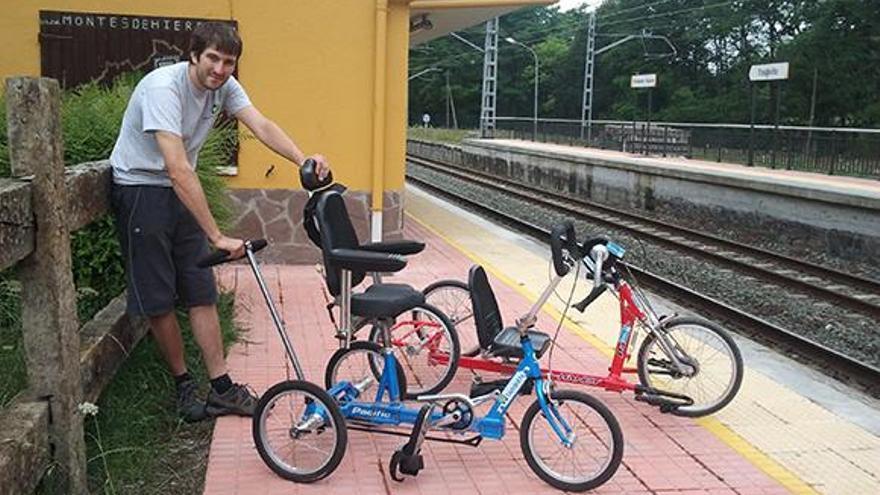 Rubén Rodríguez, promotor de la iniciativa, con dos de las bicicletas adaptadas.