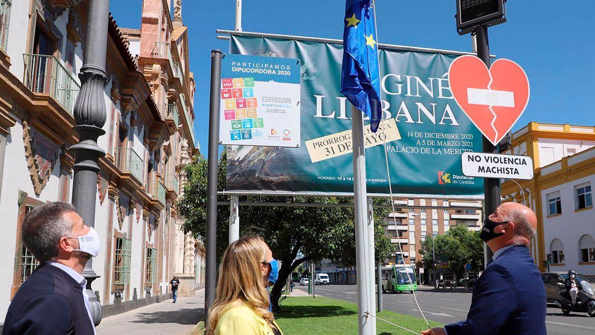 Izado de la bandera de Europa a las puertas de la Diputación.