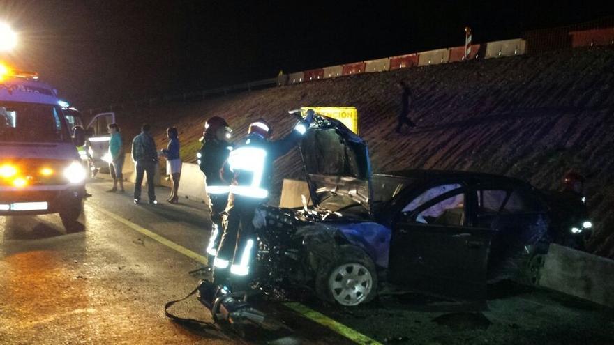Heridos leves cuatro jóvenes tras caer su coche por un terraplén en Sarón