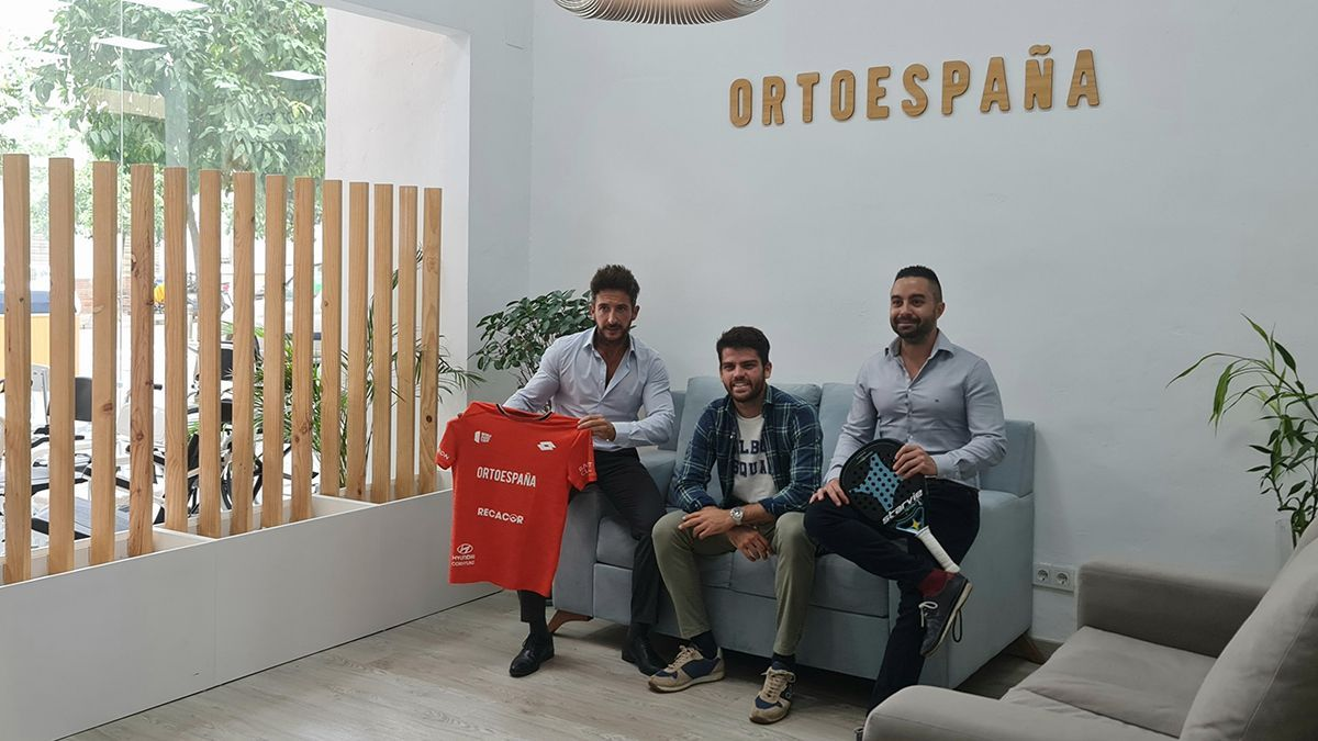 Firma del acuerdo de renovación entre Javi Garrido y Ortoespaña.