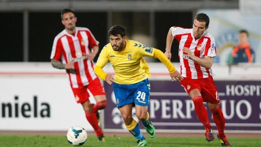 El canterano Tana conduce el balón ante la mirada de dos jugadores del Girona.