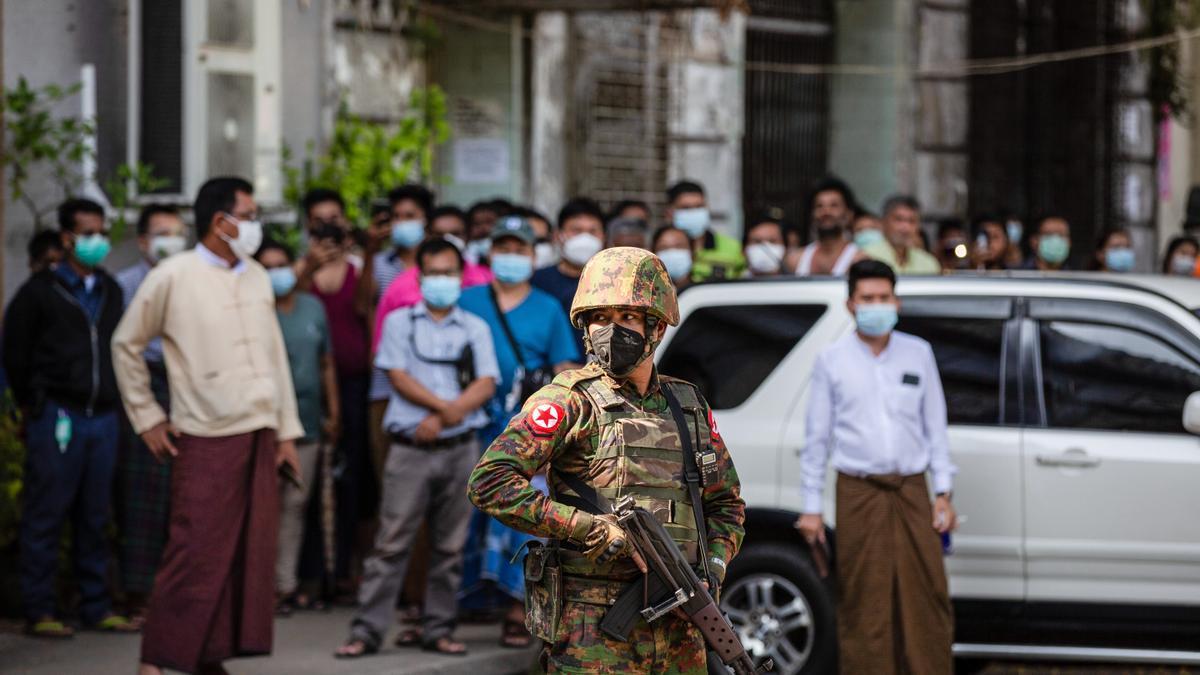 Un soldado hace guardia ante un templo tras el golpe de estado.
