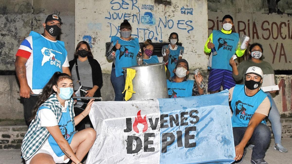 Jóvenes de Somos Barrios de Pie en una olla popular.