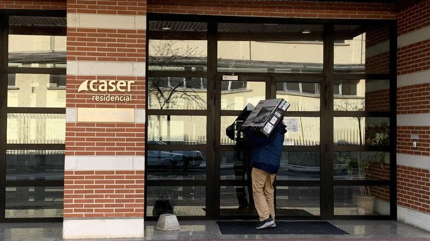 Entrada de Caser Alto del Prado en el momento de la entrega de la televisión para Carlos