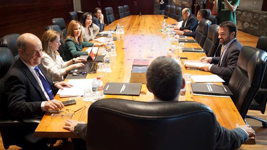El presidente del Gobierno de Canarias, Fernando Clavijo (c, de espaldas), presidió hoy el Consejo de Gobierno del Ejecutivo canario celebrado en Santa Cruz de Tenerife. EFE/Ramón de la Rocha