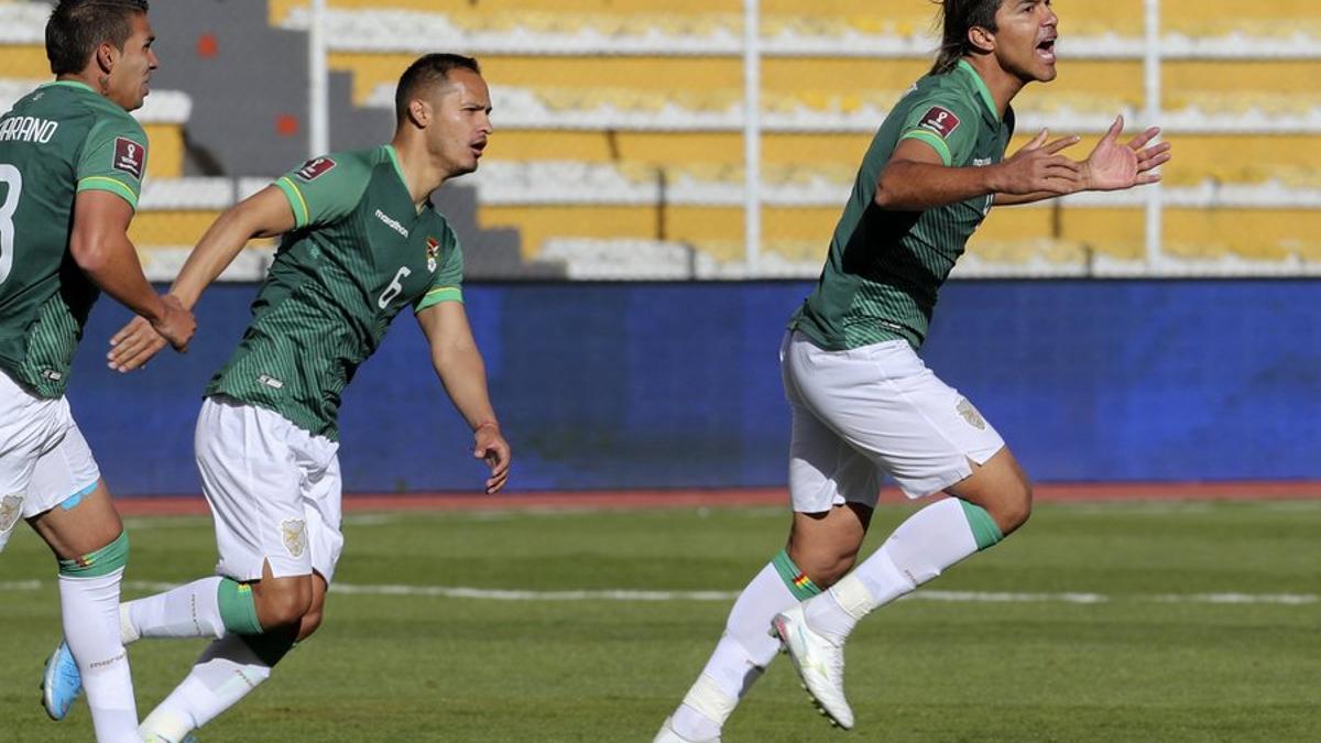 Moreno Martins festeja uno de sus goles que le permitieron a Bolivia salir del último puesto de la clasificación.