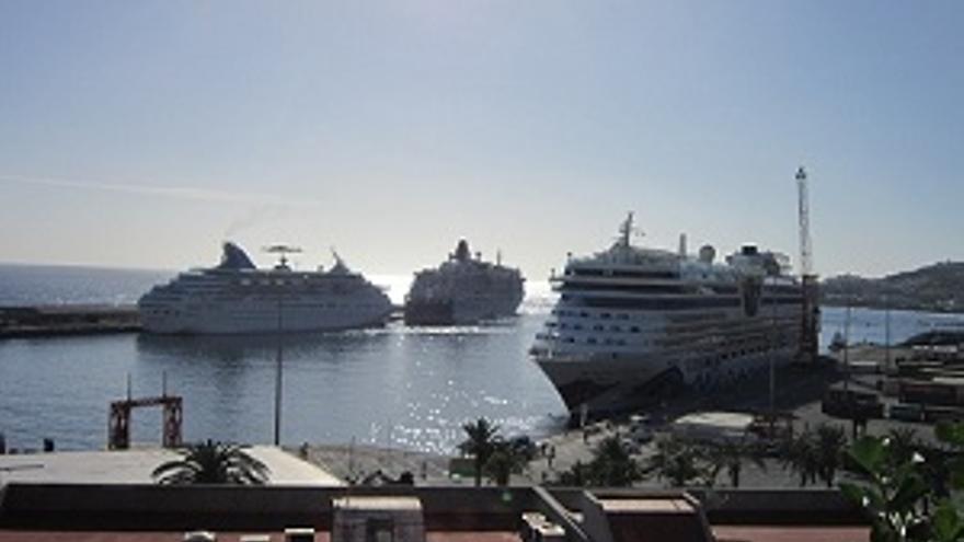 El puerto de la capital con tres cruceros atracados.