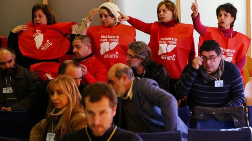 Protesta de la plataforma de afectados por la hepatitis C en el Concello de Vigo