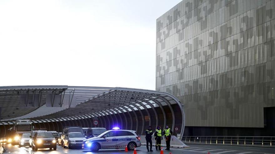 Coches bloqueados en la entrada a Bilbao por San Mamés durante treinta cinco minutos como consecuencia de las movilizaciones de los trabajadores de centros de iniciativa social de la enseñanza concertada vasca, donde este viernes estaban llamados a secundar el segundo día del mes de huelga convocado en demanda del convenio.