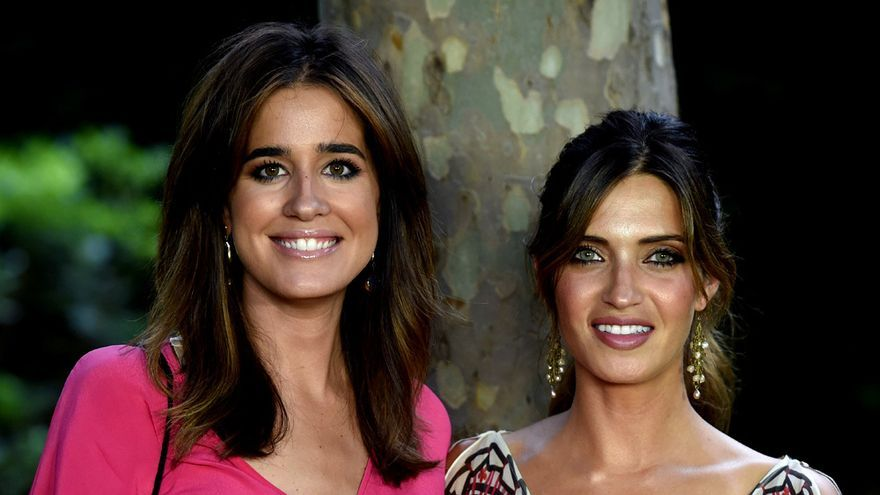Las periodistas Isabel Jiménez y Sara Carbonero durante los premios Elle Gourmet 2017 en Madrid. GTRES