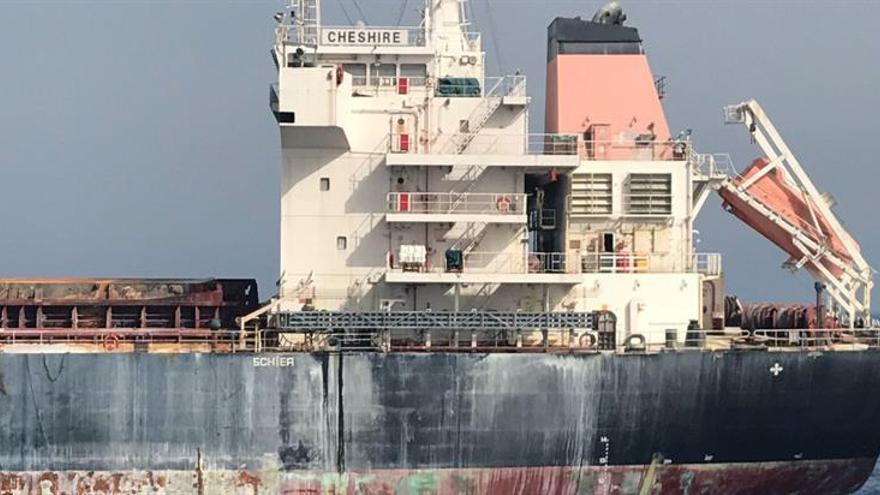 Ecologistas en Acción: El carguero incendiado es una grave amenaza para el mar