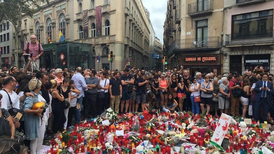 Ciudadanos depositan flores y velas en las Ramblas de Barcelona
