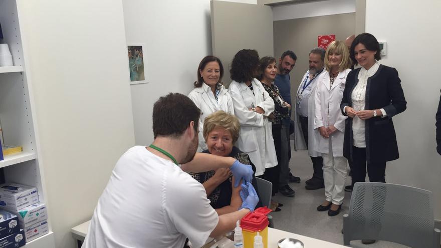 La consellera Carmen Montón observa la vacunación contra la gripe en el nuevo centro de salud de Alfahuir.