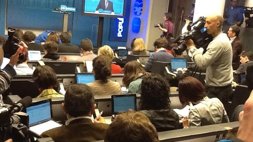 Los periodistas que han acudido a Génova han tenido que ver el discurso de Rajoy en una sala aparte y a través de un monitor. Foto de la compañera de terra.es Raquel P. Ejerique. eldiario.es ha decidido no enviar a nadie a la convocatoria