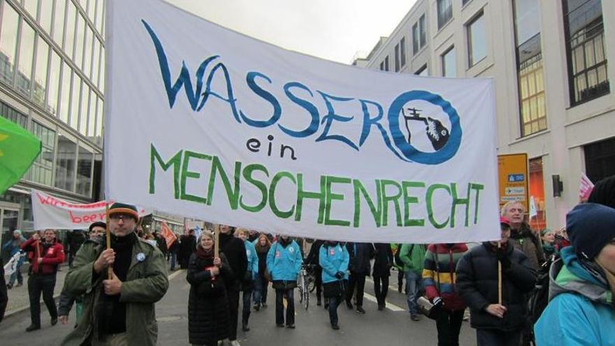 """Movilización en Berlín por la remunicipalización del agua con una pancarta que dice: """"El agua es un derecho humano""""."""