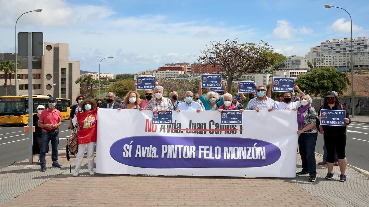 Manifestación en la Avenida Juan Carlos I para cambiar el nombre de la vía por Pintor Felo Monzón