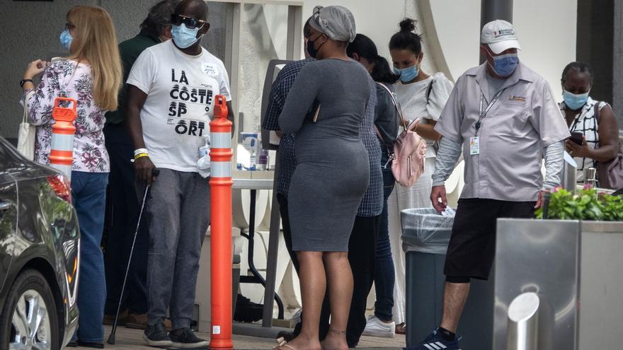 Un grupo de personas espera entrar al hospital Jackson Memorial en Miami, Florida, USA, el 25 de junio de 2020.
