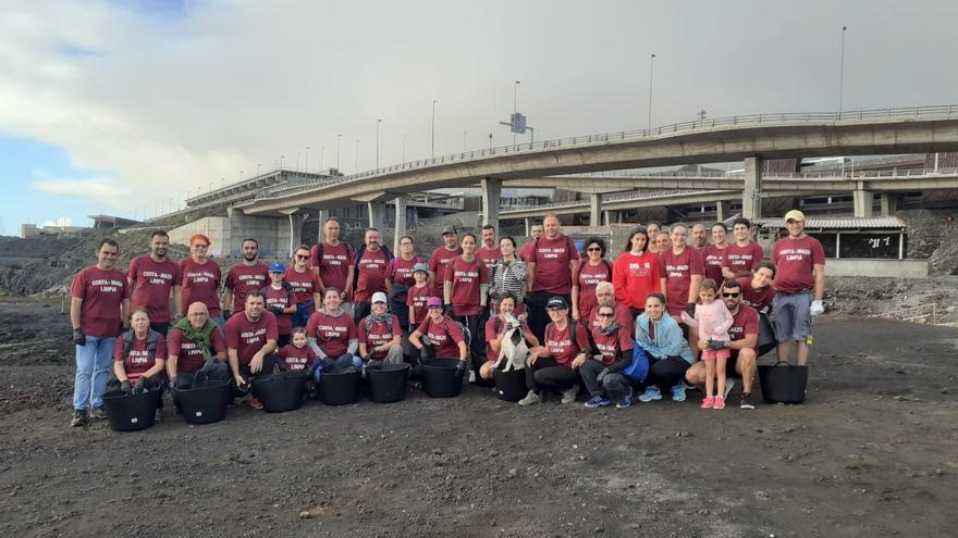 Grupo de voluntarios que participaron este domingo en la limpieza de la costa de Villa de Mazo.