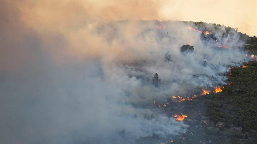 Se incorporan ocho medios aéreos a la extinción del incendio de Castellón