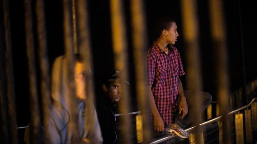 Las denuncias de malos tratos físicos y psicológicos por parte de los menores no acompañados (MENAS) hacia el centro de proteccion de menores, La Purísima; la retirada del permiso de residencia al llegar a la mayoría de edad; y la no escolarización de los chicos en el sistema público educativo, son los principales motivos por los que huyen del centro. //FOTO: Robert Bonet