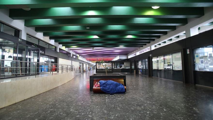 Una mujer duerme en la estación de autobuses de Santiago durante el estado de alarma.