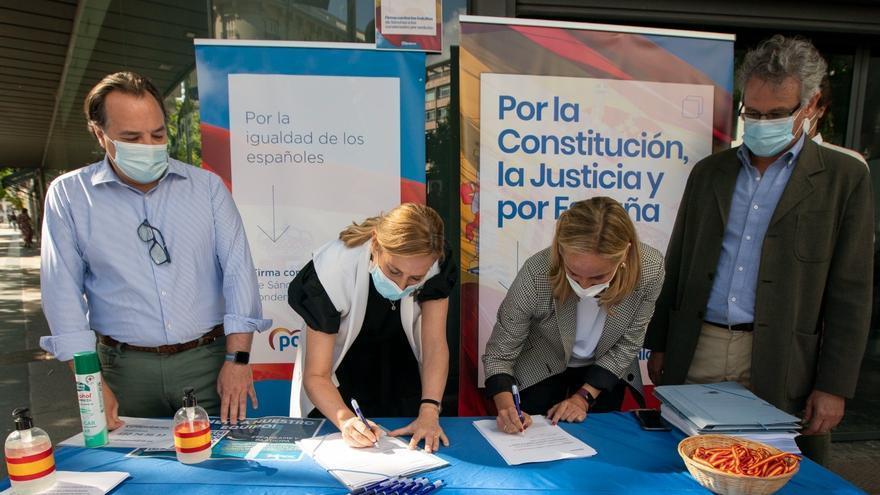 Las vicesecretaria de Organización del PP, Ana Beltrán, y la secretaria general del PP de Madrid, Ana Camíns, estampan su firma en la campaña de recogida de firmas del partido contra los indultos. En Madrid, 1 de junio de 2021.